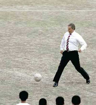 TONY BLAIR RECIBIENDO PELOTA...
